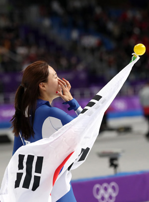 Lee Sang-hwa waves to fans after winning the silver medal in the women's 500-meter race at Gangneung Ice Arena, Sunday. / Korea Times photo by Shim Hyun-chul