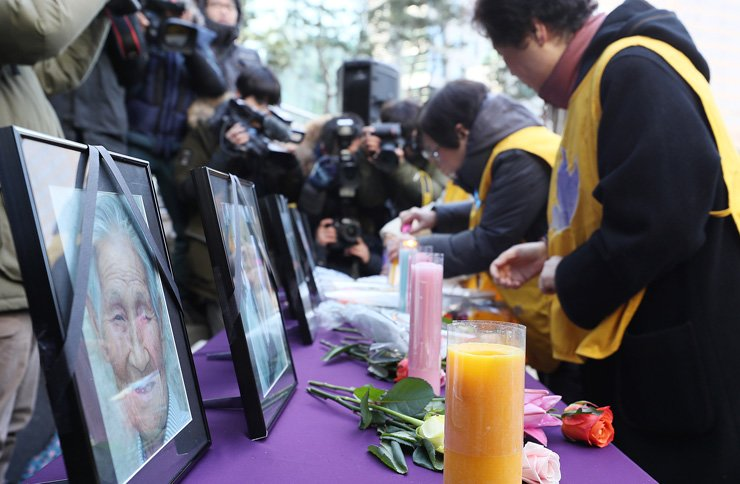 Participants pay respects to Japan's wartime sexual slavery victims who died this year at Wednesday Demonstration near the Japanese Embassy in Seoul, Wednesday / Yonhap