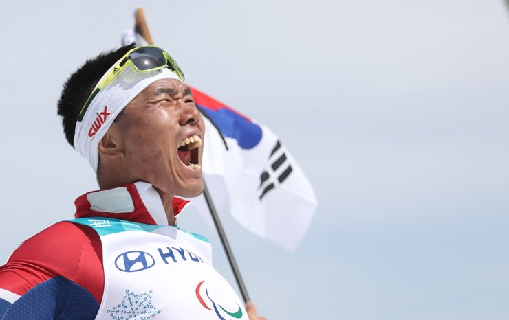 Para Nordic skier Sin Eui-hyun screams in joy after winning a gold medal in the men's 7.5-kilometer sitting cross-country skiing event at Alpensia Biathlon Centre in PyeongChang, Gangwon Province, Saturday. / Yonhap