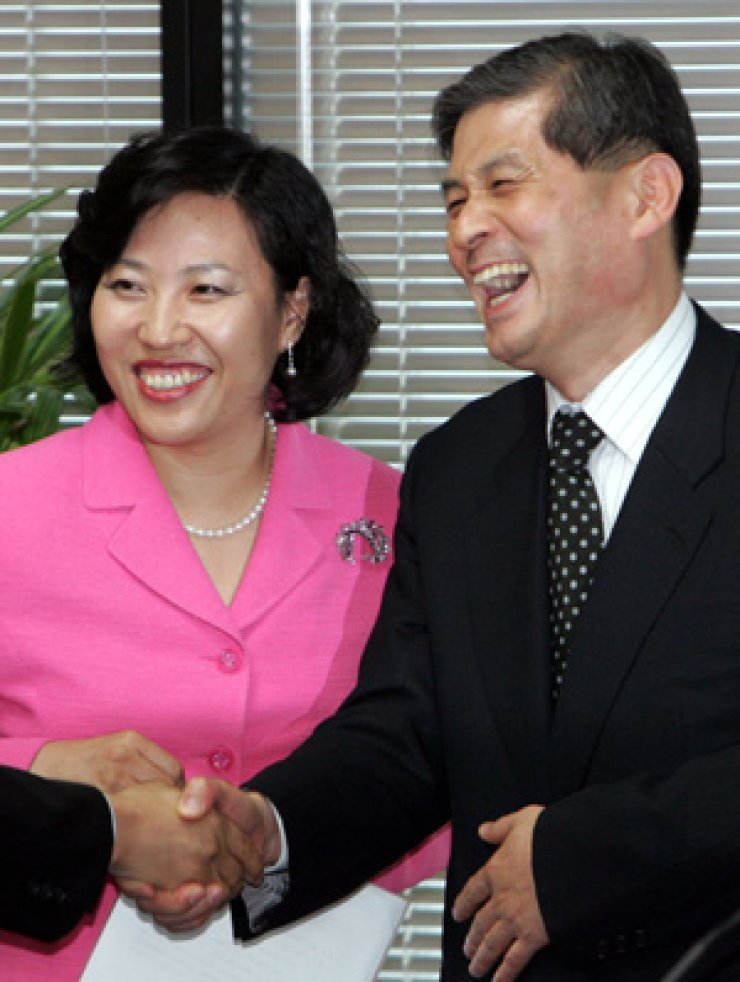 Park Ky-young, left, and Hwang Woo-suk in 2005 / Yonhap