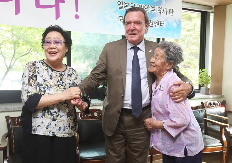 Former German Chancellor Gerhard Schroeder stands with victims of Japan's wartime sexual slavery ― Lee Yong-soo, left, and Park Ok-sun ― at the House of Sharing, a shelter for the surviving victims in Gwangju, Gyeonggi Province, Monday. / Yonhap