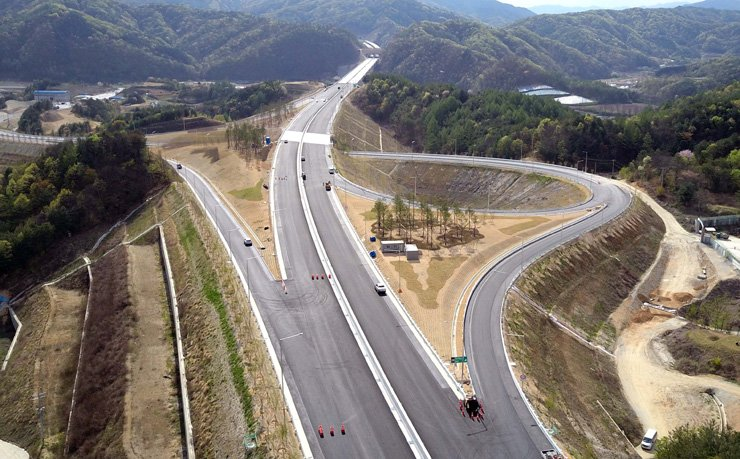 An aerial view of the Dongseo Expressway, which links the country's capital region with the east coast / Yonhap
