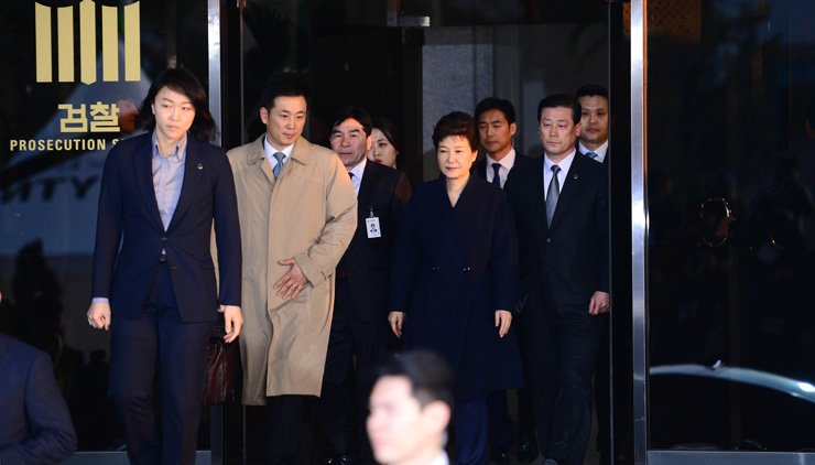 Former President Park Geun-hye exits the Seoul Central District Prosecutors' Office in southern Seoul, Wednesday, after more than 21 hours of questioning and reviewing statements on criminal charges made against her, including bribery. / Korea Times photos by Ko Young-kwon