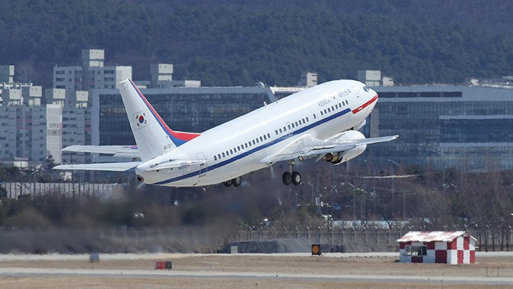 An aircraft carrying President Moon Jae-in's special envoys to North Korea takes off from Seoul Airport in Seongnam, Gyeonggi Province, Monday. / Yonhap