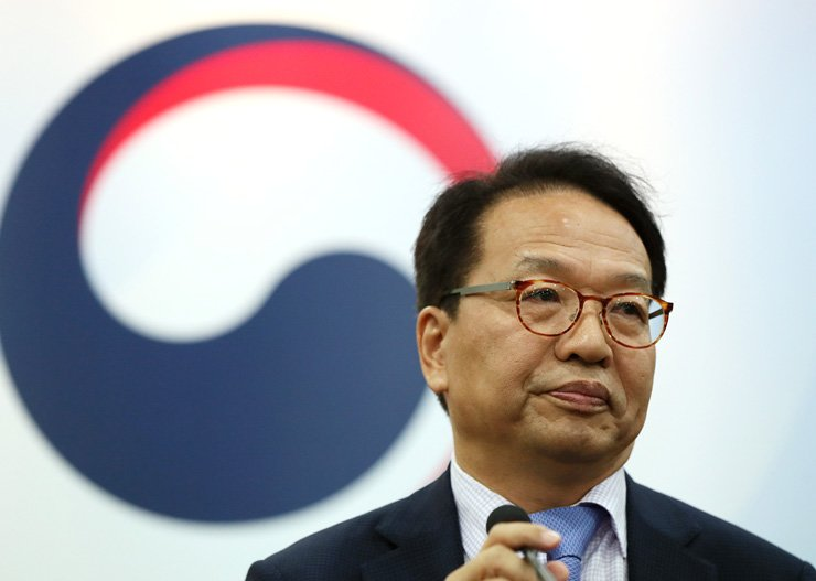 Han In-sup, head of the special committee for reform of the prosecution, speaks to reporters at the Government Complex in Gwacheon, Monday. / Yonhap