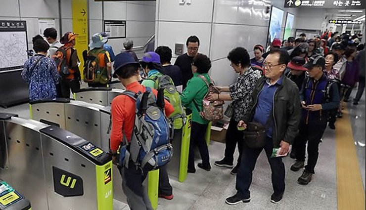 Senior citizens pass through ticket barriers at Bukhansan Ui Station in Seoul. More than one third of all passengers who use the new Ui-Sinseol Line, which connects the station to Sinseol-dong Station, are holders of a senior free pass. / Yonhap