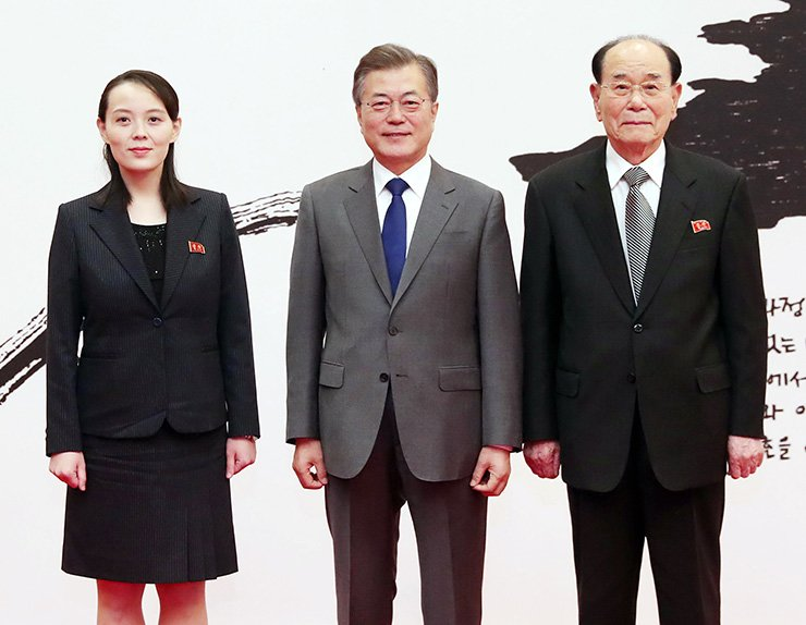 President Moon Jae-in, center, poses with North Korea's special envoy Kim Yo-jong, left, and ceremonial head of state Kim Yong-nam. / Yonhap
