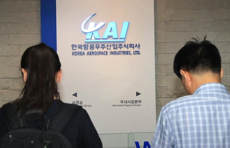 Investigators enter the Seoul office of Korea Aerospace Industries in central Seoul, Wednesday, to conduct a search related to corruption allegations. / Yonhap