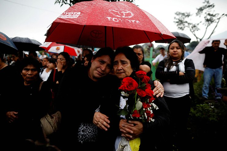 Mourners and relatives participate in the funeral of Juan Fernando Galindo, member of the National Coordinator for Disasters Reduction, in Alotenango, Guatemala, Tuesday (local time). / Reuters