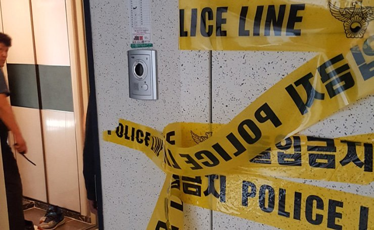 Police line is set up outside the late Kim In-sik's apartment in Sacheon, South Gyeongsang Province, Thursday. / Yonhap