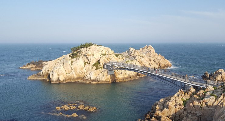 Visitors walk on the bridge that connects impressive rocks at Daewangam Park. / Korea Times photo by Jung Min-ho
