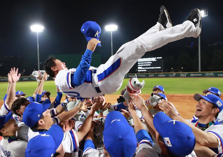 South Korean baseball players celebrate their 3-0 win over Japan in the gold medal game of the 18th Asian Games at GBK Baseball Field in Jakarta, Saturday. Yonhap