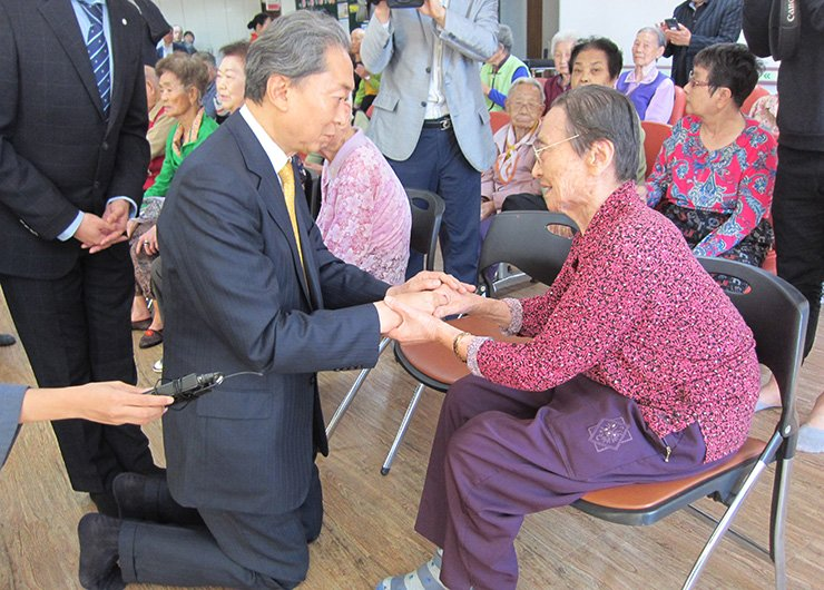 Former Japanese Prime Minister Yukio Hatoyama meets Korean survivors of the U.S. atomic bombings of two Japanese cities during the World War II, in Hapcheon, Wednesday. Yonhap