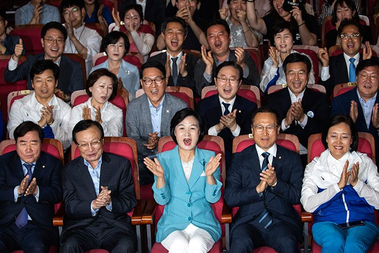 Democratic Party of Korea leader Choo Mi-ae and other officials celebrate after exit poll showed their overwhelming victory in local elections at the National Assembly, Wednesday. Korea Times photo by Shim Hyun-chul