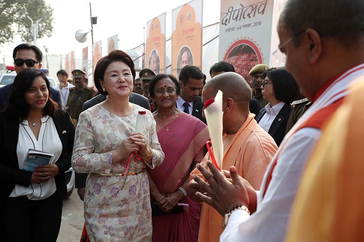 Korea's first lady Kim Jung-sook is visiting India at the invitation of Prime Minister Narendra Modi. The new visa system is expected to attract more tourists from India, one of the world's fastest-growing outbound markets. Yonhap