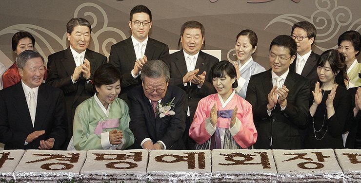 Koo Kwang-mo, third from left in the second row, attends LG owner family's event in April, 2012. / Yonhap