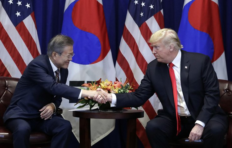 President Moon Jae-in shakes hands with U.S. Donald Trump at the Lotte New York Palace hotel during the United Nations General Assembly in New York, Monday. AP