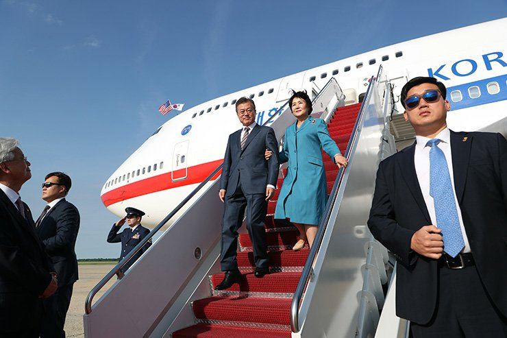 President Moon Jae-in and first lady Kim Jung-sook disembark from the presidential flight after arriving at Joint Base Andrews, Maryland, Tuesday, for Moon's summit with U.S. President Donald Trump. / Yonhap