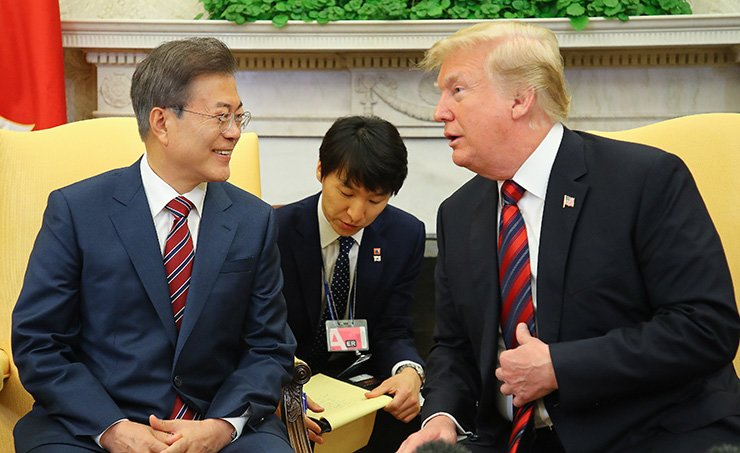 President Moon Jae-in and U.S. President Donald Trump talk in their bilateral talks at the White House in Washington, D.C., Wednesday. Although they agreed on joint effort to make Trump's upcoming summit with North Korean leader Kim Jong-un, Trump cancelled it Thursday night. / Yonhap