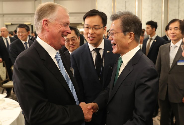 President Moon Jae-in shakes hands with Dan Quayle, former U.S. vice president and chairman of Cerberus Capital Management's Global Investments Division, after a meeting with New York-based investors at the InterContinental New York Barclay Hotel, Thursday. / Korea Times photo by Koh Young-kwon