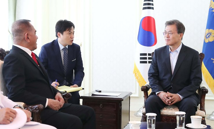President Moon Jae-in talks with visiting Indonesian Defense Minister Ryamizard Ryacudu, left, at a naval base in Jinhae, South Gyeongsang Province, Wednesday, during his summer vacation. / Courtesy of Cheong Wa Dae
