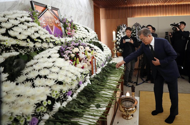 President Moon Jae-in pays his last respects to the late former sex slavery victim Kim Bok-dong at her memorial altar set up at Yonsei Severance Hospital in Seodaemun-gu, Seoul, Tuesday. She dedicated herself to seeking a sincere apology from Japan for its wartime atrocities and advocating for women's human rights. / Korea Times photo by Ryu Hyo-jin