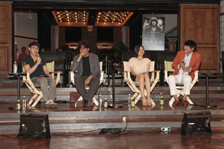 From left are movie critic Lee Dong-jin, director Bong Joon-ho, actress Go Ah-sung and actor Song Kang-ho speaking about the upcoming film  'Snowpiercer' at a showcase organized by Naver at Cheongdam Cine City, southern Seoul, Thursday. / Courtesy of End Credi
