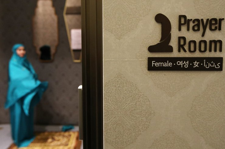 A woman prays inside a Muslim prayer room at the Lotte Department Store branch in Jamsil, southeastern Seoul. The room was made available for Muslim tourists, Wednesday. / Yonhap