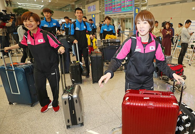 South Korean table tennis players arrive at Incheon International Airport, Tuesday, after the World Team Table Tennis Championships in Sweden. They are now preparing to participate in an event in North Korea next month. / Yonhap