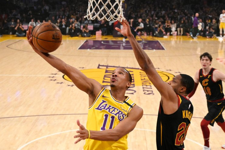 In this Jan. 13, 2020, file photo, Los Angeles Lakers guard Avery Bradley, left, shoots as Cleveland Cavaliers guard Brandon Knight defends during the first half of an NBA basketball game in Los Angeles. AP-Yonhap
