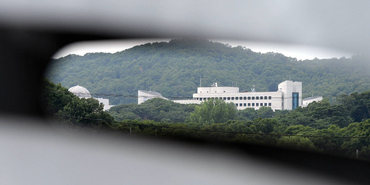 The National Intelligence Service, located in Naegok-dong, southern Seoul, faces mounting calls to revamp itself. The spy agency has been at the center of political turmoil during the last two conservative governments due to its alleged ties to those in power. / Korea Times file