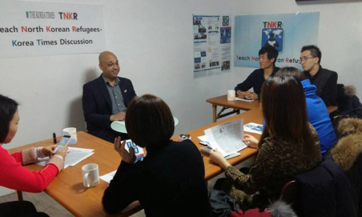 Casey Lartigue Jr., left, co-founder of the Teach North Korean Refugees (TNKR) Global Education Center, talks with North Korean refugees and TNKR staffers during the first discussion session at the organization's office in western Seoul, Sunday. / Korea Times photo by Chung Hyun-chae
