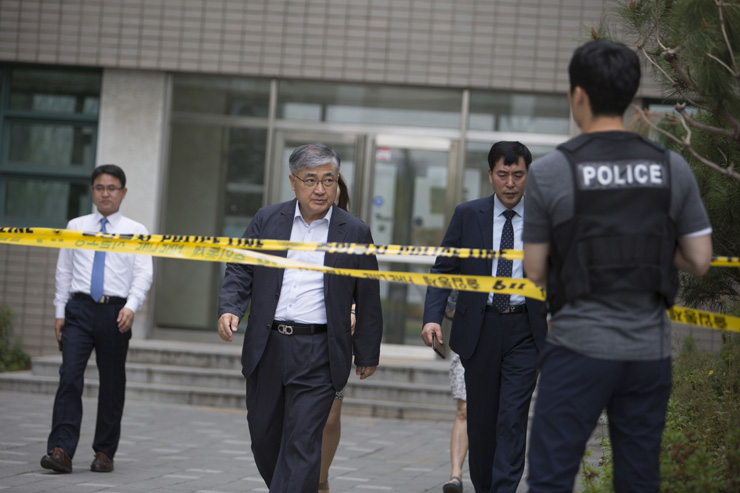 A police SWAT team reacts to a parcel bomb explosion in Yonsei University's engineering faculty building Tuesday morning. / Korea Times photo by Choi Won-suk