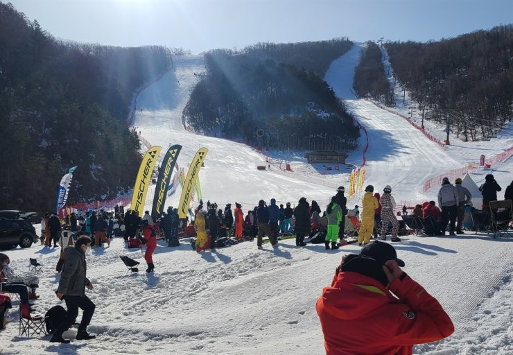 A ski resort in Gangwon Province is crowded March 12, raising concerns about the spread of COVID-19 as infection clusters were confirmed recently in a nearby community. Yonhap