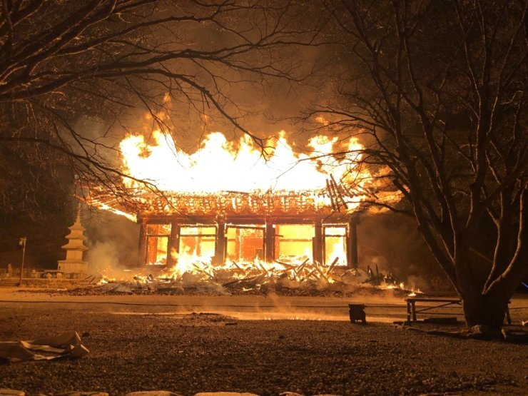 Naejang Temple in Jeongeup, North Jeolla Province, is ablaze at around 6:30 p.m. on Mar. 5. Courtesy of Jeonbuk Fire Serivce
