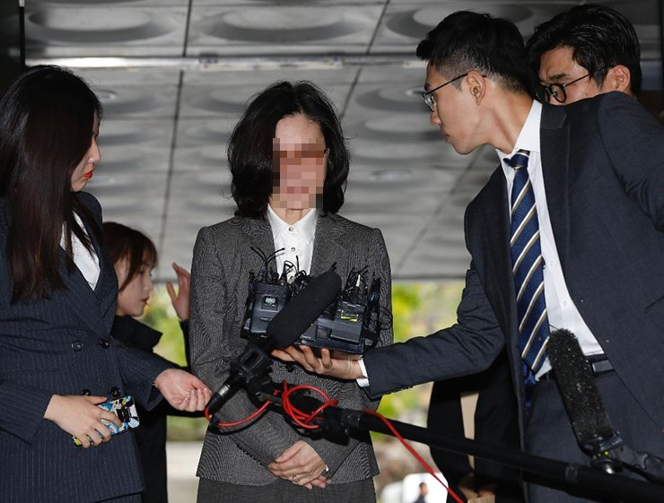 Chung Kyung-sim, the wife of former Justice Minister Cho Kuk, appears at the Seoul Central District Court on Wednesday to attend a hearing that will decide on her arrest. She faces eleven charges including obstruction of business, forgery, violation of the capital market law and destruction of evidence. Korea Times photo by Shim Hyun-chul