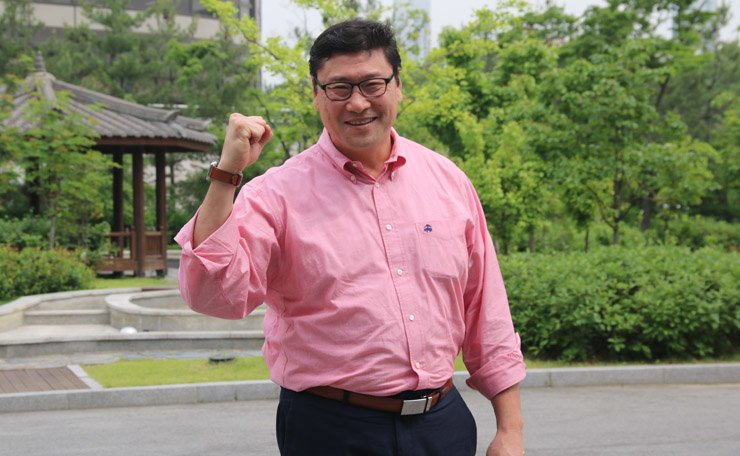 Jim Paek, director of the national hockey program, gestures in the Seoul Olympic Park on May 11. He has been compared to Dutch football manager Guus Hiddink after the men's ice hockey team achieved what the media here called 'a miracle in Kiev.' / Korea Times