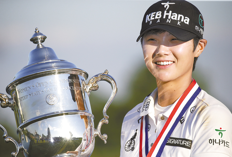 Kim In-kyung kisses the trophy after her victory in the 2017 Women's British Open Golf Championship at Kingsbarns Golf Links near St. Andrews, Scotland, on Aug. 6. She wears a cap with a logo of Korean conglomerate Hanwha. / Reuters-Yonhap
