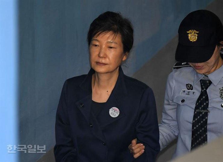 Former President Park Geun-hye is led into the Seoul Central District Court in this Oct. 13, 2017 photo. Park now faces a Supreme Court appeal hearing on the guilty verdict against her for influence-peddling and corruption. / Korea Times file