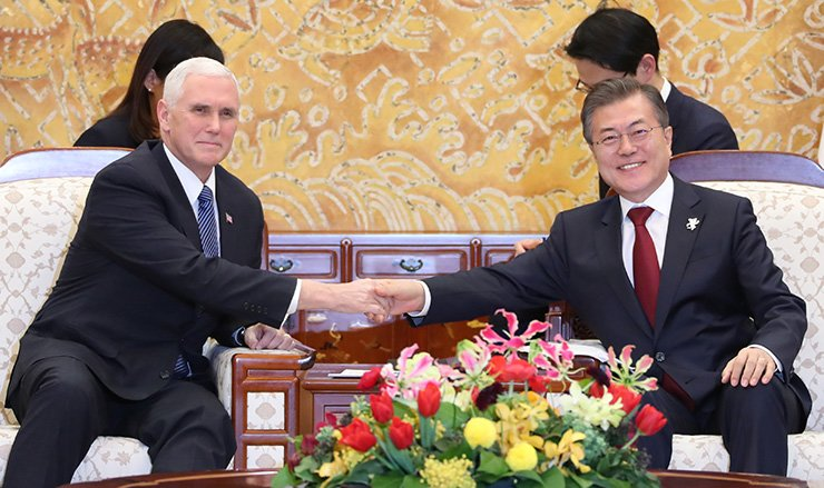 President Moon Jae-in shakes hands with U.S. Vice President Mike Pence during bilateral talks at Cheong Wa Dae, Thursday. / Joint press corps