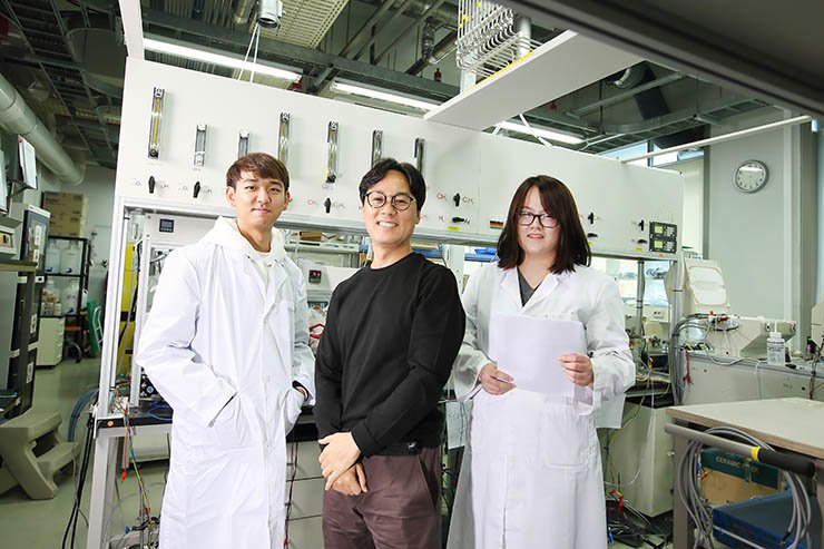 Ulsan National Institute of Science and Technology (UNIST) professor Kim Gun-tae, center, poses with his fellow researchers at a UNIST laboratory in Ulsan. / Courtesy of UNIST