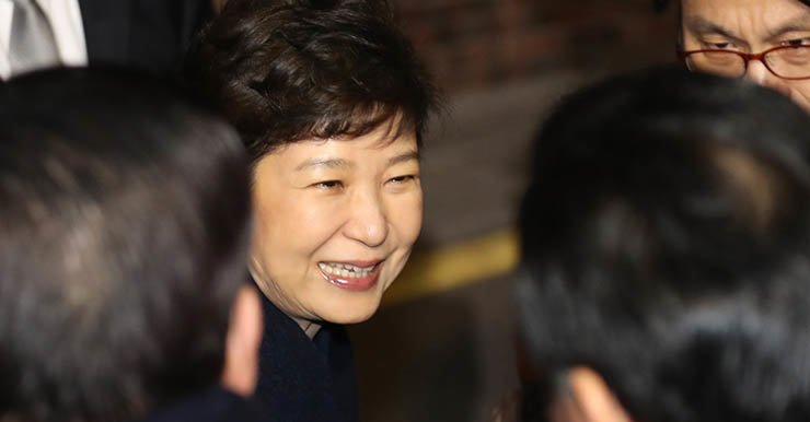 Former President Park Geun-hye smiles while being greeted by her supporters in front of her private residence in southern Seoul, Sunday, after leaving Cheong Wa Dae following the Constitutional Court's decision to unseat her. / Yonhap