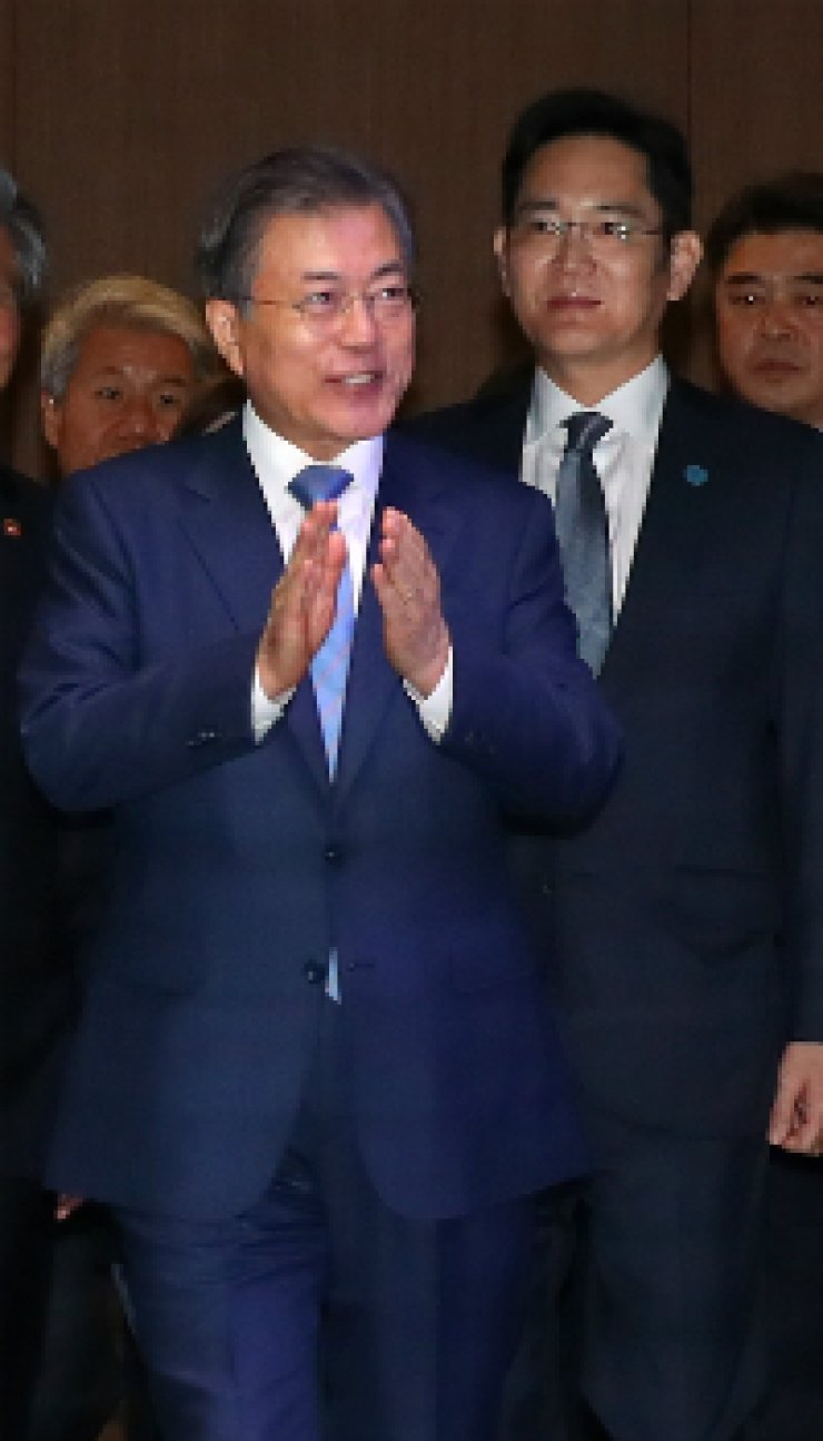 President Moon Jae-in enters Samsung Electronics' semiconductor plant in Hwaseong, Gyeonggi Province, Tuesday, accompanied by company Vice Chairman Lee Jae-yong. / Yonhap