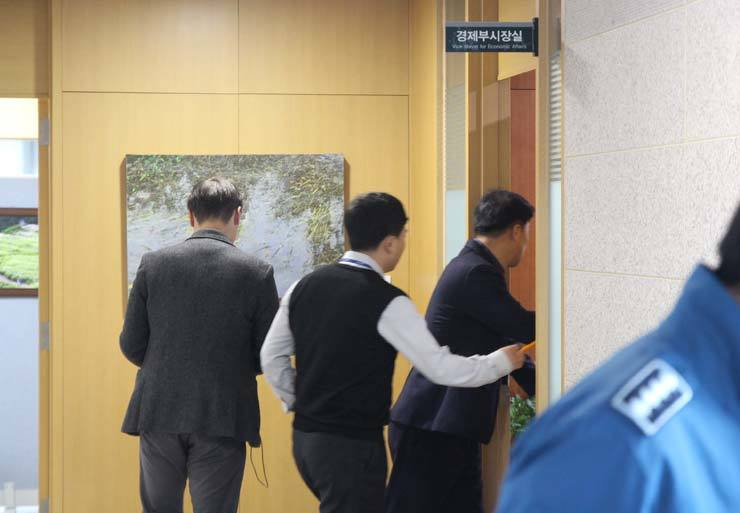Investigators enter Ulsan Vice Mayor Song Byung-gi's office in Ulsan Metropolitan City headquarter in Ulsan, Friday, to carry out a seach and seizure on allegation related to Cheong Wa Dae's election meddling row. / Yonhap