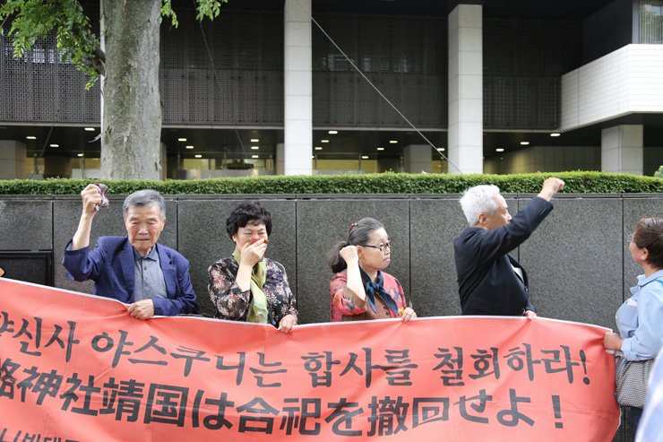 Korean plaintiffs condemn a Japanese court's decision to reject their request to remove the names of their family members from the Yasukuni Shrine, following a court decision in Tokyo, Wednesday. Their family members died while forcibly participating in Japan's war efforts during World War II. / Yonhap