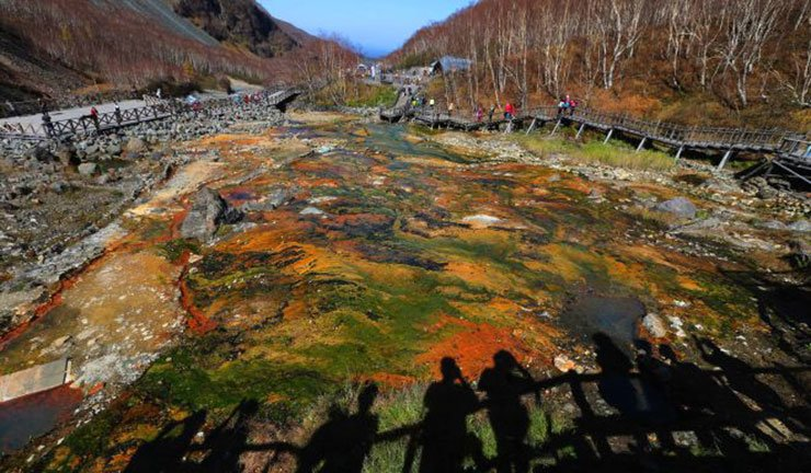 Tourists admire a hot spring on Changbai Mountain in Jilin. / Xinhua