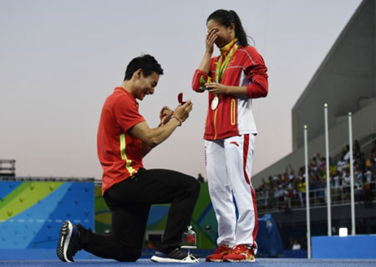 Chinese diver Qin Kai, left, proposes to He Zi at the Maria Lenk Aquatics Centre in Rio de Janeiro, Monday. / AFP-Yonhap