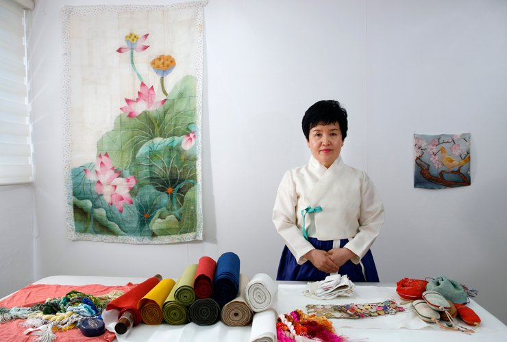 Kim Yoon-sun creates various items from traditional thimbles to modern products such as handbags and accessories in her studio in Anguk-dong, central Seoul. Korea Times photos by Shim Hyun-chul
