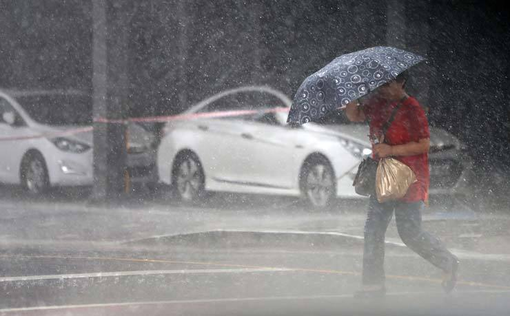 Central and local governments raised their alert status Tuesday after the state-run weather agency reported that Typhoon Lingling was gaining strength as it approached the Korean Peninsula. / Yonhap