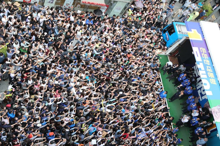 Voters pack the street to hear a campaign speech by one of the five leading presidential candidates in Busan, Monday, on the eve of the presidential election today. Yonhap